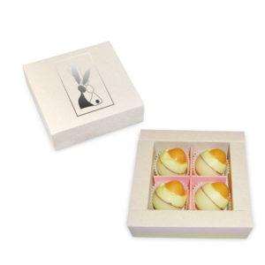Pudełko kwadratowe z przykrywką z czekoladowymi jajkami na twardo